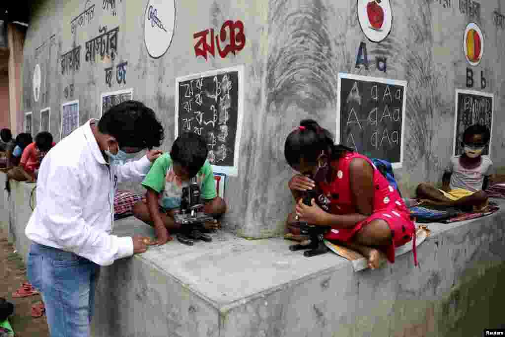Deep Narayan Nayak, mengajar anak-anak di alam terbuka di tengah keterbatasan teknologi dan fasilitas, selama pandemi COVID-19 di Desa Joba Attpara, Benggala barat, India (13/9).