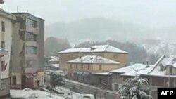 Shqipëri: Rreshjet e reja të borës thellojnë gjendjen emergjente
