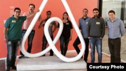 Mohammad Ibrahim (ketiga dari kanan) dan beberapa pendiri perusahaan rintisan Palestina mengunjungi kantor AirBnB di San Francisco Bay Area (foto: Courtesy).