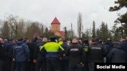 """პოლიცია ქრისტიანებს და მუსლიმებს შორის სოფელ ბუკნარში. """"გურია ნიუსის"""" ფოტო"""