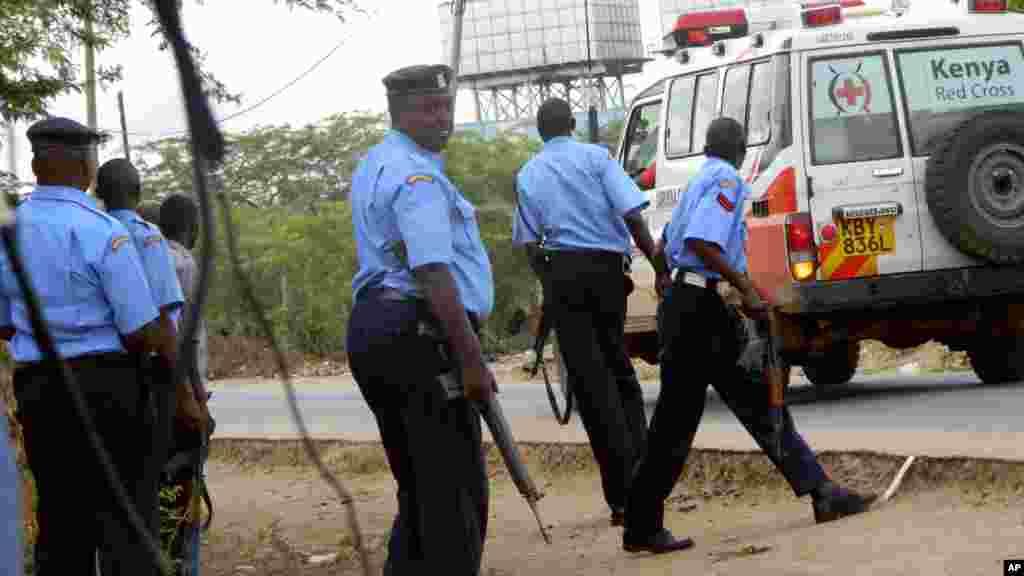 Polisi wa Kenya wakikaribia majengo ya chuo cha Garissa kwa uangalifu mkubwa