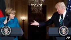 ប្រធានាធិបតីសហរដ្ឋអាមេរិក ដូណាល់ ត្រាំ និងអធិការបតីអាល្លឺម៉ង់ Angela Merkel នៅក្នុងសន្និសីទសារព័ត៌មានមួយនៅសេតវិមាន កាលពីថ្ងៃទី១៧ ខែមីនា។