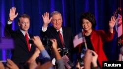 Từ trái: Thượng nghị sĩ đảng Cộng hòa Rand Paul từ Kentucky, Lãnh đạo khối thiểu số tại Thượng viện Mitch McConnell và vợ, cựu Bộ trưởng Lao động Mỹ Elaine Chao mừng chiến thắng sau cuộc bầu cử giữa kỳ ngày 4/11/2014 tại Louisville, Kentucky.