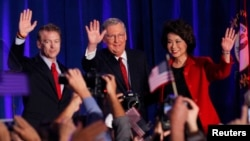 De izquierda a derecha los senadores Rand Paul de Kentucky, Mitch McConnell y su esposa celebran la victoria en Louisville, Kentucky.