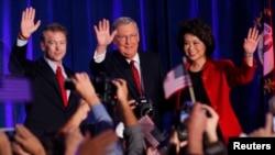 4일 미국 켄터키 주 상원의원 선거에서 승리가 확정된 미치 맥코넬 공화당 상원 원내대표(가운데)가 지지자들의 환호에 답하고 있다. 왼쪽은 랜드 폴 상원의원, 오른쪽은 부인인 일레인 차오 전 노동부 장관.