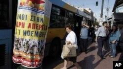 Građani čekaju na autobus u Atini