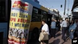 Hành khách chờ xe buýt, phương tiên giao thông công cộng duy nhất hoạt động hôm ngay tại Hy Lạp