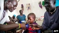 资料照:无国界医生组织的一名医务工作者在南苏丹的一家诊所照料营养不良的儿童。