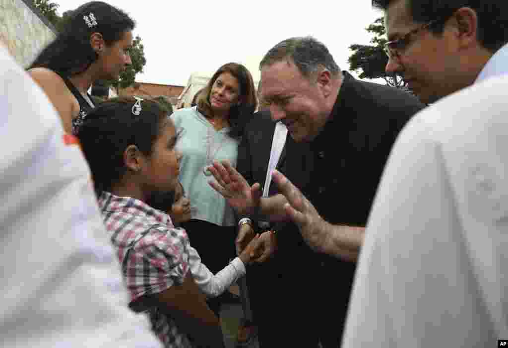 خوش و بش وزیر خارجه آمریکا با یک دختربچه که از ونزوئلا به همراه خانواده گریخته و در شهر مرزی«کوکوتا» در کلمبیا سکونت دارد.