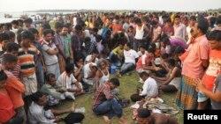 بستگان مسافران در انتظار شنیدن خبر سلامتی خویشان خود درساحل جمع شده اند - منشیگنج، بنگلادش، ۱۵ مه ۲۰۱۴