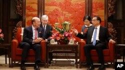 윌버 로스(왼쪽) 미 상무장관이 지난 25일 베이징 영빈관에서 리커창 중국 총리와 회동하고 있다.