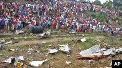 Đám đông tập trung xung quanh những mảnh vụn của chiếc máy bay chở hàng, gần sân bay Brazzaville, Cộng hòa Congo, 1/12/2012