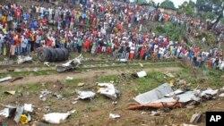 刚果群众围观坠机现场