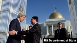 Turkmaniston Prezidenti Qurbonguli Berdimuhammedov Ashgabatda AQSh Davlat kotibi Jon Kerrini qarshilamoqda, 3-noyabr, 2015-yil