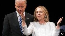 El vicepresidente, Joe Biden, y la exsecretaria de Estado, Hillary Clinton, juntos en el escenario.