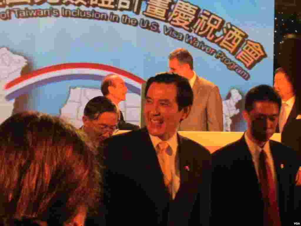 美国与台湾政府官员在台湾庆祝台湾成为美国免签证计划成员(美国之音 张佩芝拍摄)