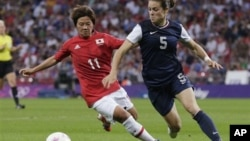 Japan's Shinobu Ohno, left, and US' Kelley O'Hara, vie for ball during women's soccer gold medal match Aug. 9, 2012