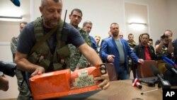 """Proruski separatisti predaju """"crne kutije"""" malezijskim zvaničnicima"""