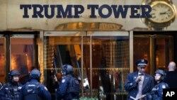 Pasukan anti terorisme dari kepolisian New York mengamankan Trump Tower, di kota New York (11/14). (Foto : AP/dok).