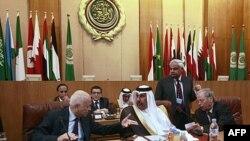 Tổng Thư ký Liên đoàn Ả rập Nabil al-Araby (trái) và Ngoại trưởng Qatar Hamad bin Jassim (giữa) hội ý tại cuộc họp khẩn cấp về Syria tại trụ sở của liên đoàn ở Cairo, ngày 12 tháng 11, 2011.