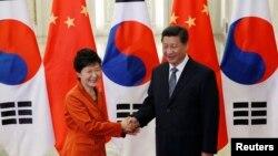 2014年11月10日北京召開亞太經合組織期間﹐中國國家主席習近平與南韓總統朴槿惠相見歡。(資料照)