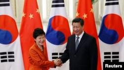 Chủ tịch Trung Quốc Tập Cận Bình bắt tay Tổng thống Hàn Quốc Park Geun-hye tại Sảnh đường Nhân dân ở Bắc Kinh, ngày 10/11/2014.