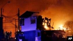 Kebakaran besar melanda kota pelabuhan bersejarah Valparaiso di Chile (13/4).