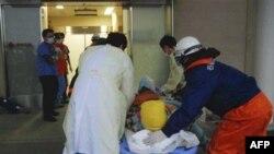 Một phụ nữ được đưa vào bệnh viện Ishinomaki Red Cross Hospital ở Ishinomaki, miền bắc Nhật Bản, ngày 20/3/2011