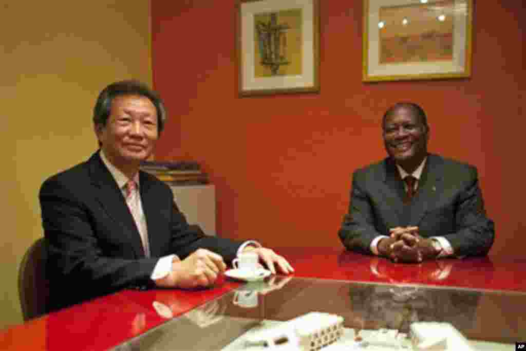 Young-jin Choi et Alassane Dramane Ouattara à Abidjan.