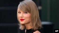 """Taylor Swift de 25 años le reclamó a Apple pagar regalias por uso de su música y agregó:""""Nosotros no les pedimos celulares gratis""""."""