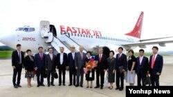 김대중 전 대통령의 부인 이희호 여사가 5일 북한 평양 순안국제공항에 도착해 일행과 기념촬영을 하고 있다.