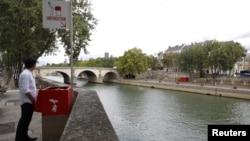 巴黎當街設露天街邊小便器。這些容器就像是前面有開口上面有花的花盆。
