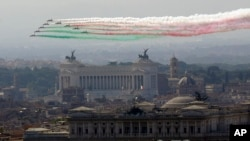 The Frecce Tricolori Italian Air Force acrobatic squad flies over Rome's skyline on the occasion of the 72nd anniversary of founding of the Italian Republic in 1946, June 2, 2018.