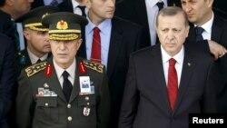 Serokomarê Tirkiyê Tayyip Erdogan û Wezîrê Berevaniyê Hulusi Akar