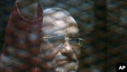 Müslüman Kardeşler'in ruhani lideri Muhammed Bedi Mısır'da çıkarıldığı mahkemede