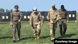 Prvoplasirani major Vojske Srbije Igor Ignjatović i drugoplasirani zastavnik prve klase Branislav Bulatović na takmičenju u gađanju iz pištolja održanom u Americi održanom od 21. do 22. septembra 2019. (Foto: Ambasada SAD u Beogradu).