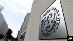 Вывеска Международного валютного фонда на штаб-квартире МВФ в Вашингтоне, округ Колубмия