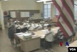 美國公立學校的學生上課前常常會背誦效忠誓詞
