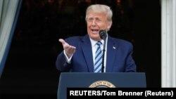 Президент Трамп виступає з балкона Білого дому у суботу, 10 жовтня