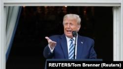 Presiden AS Donald Trump berdiri di balkon Gedung Putih berbicara kepada para pendukung yang berkumpul di South Lawn untuk rapat umum kampanye. (Foto: Reuters)