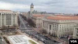 从国会通向白宫的宾夕法尼亚大道,远处可见国会大厦。目前,白宫和国会共和党人因为奥巴马医保法而在联邦预算问题上僵持不下,美国政府面临关门危险。(美国之音王南拍摄)