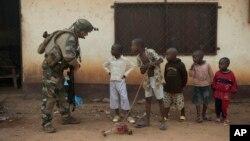1月6日﹐在中非共和國的法國軍人在位於班吉記得一個哨站與一班兒童談話。