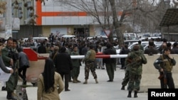 Petugas keamanan Afghanistan berdiri di luar kediaman Wakil Presiden Afghanistan Mohammad Qasim Fahim di Kabul.