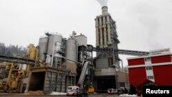 Suasana pabrik pengolahan kayu Kronospan di Menznau, dekat Lucerne, Swiss (27/2). Tiga orang dilaporkan tewas dan tujuh orang lainnya terluka parah dalam penembakan di kantin perusahaan ini.