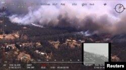 Foto udara menunjukkan kebakaran di kawasan Green Wattle Creek melintasi jalur kereta api dekat Balmoral, Wollondilly, New South Wales, Australia, 19 Desember 2019. (Foto: Medsos NSW Rural Fire Service via REUTERS)