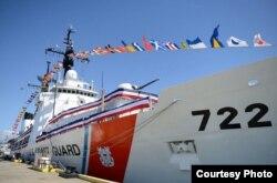 """美国海岸警卫队""""摩根索""""号巡逻舰在夏威夷檀香山退役仪式全副披挂地亮相。(2017年4月18日)(美国海岸警卫队图片)"""