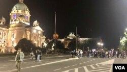 Veče šestog dana antivladinih protesta ispred Doma Narodne skupštine Republike Srbije u Beogradu. 12. jula 2020. Građani su nešto iza 22 sata počeli da se razilaze. (Foto: Jovana Đurović, VoA)