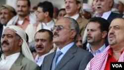 Presiden Yaman, Ali Abdullah Saleh (tengah) menghadiri rapat umum pendukung pemerintah di ibukota Sanaa (13/5).