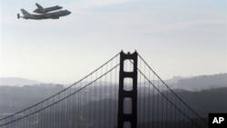 奋进号航天飞机9月21日搭载在一架747运输机上飞过旧金山的金门大桥