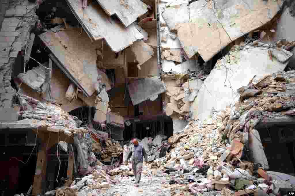 10일 시리아 알레포에서 내전으로 파괴된 폐허를 지나가는 남성.